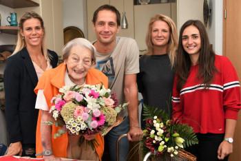 Legendární sportovkyni Daně Zátopkové k narozeninám gratulovali ministr a oštěpařská pravnoučata